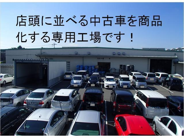 トヨタカローラ福岡は店頭に並べる中古車を商品化するための専用工場を設けています。