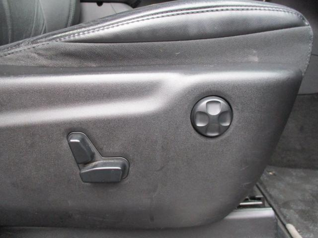 フロントシートは、フロント8ウェイパワーシートのレザータイプでシートヒーターも完備。
