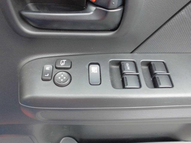 運転席アームレストに、【リモコンドアミラー】【パワーウィンドウ】スイッチあり。手元で操作ラクラク。