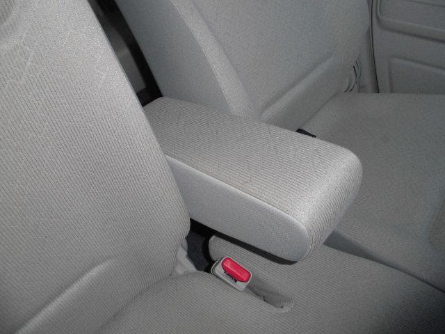 運転席と助手席の間に肘をラクラク置けれることができます。