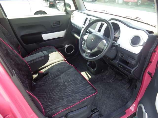 運転席。随所にあしらわれたホワイトのガーニッシュ類、シートのピンクのステッチがワクワクする室内を演出します。