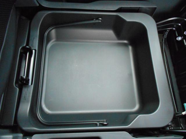 助手席下にボックスがあり、取り外しもできるので便利です。プラスチックですので塗れた物でも大丈夫です!!