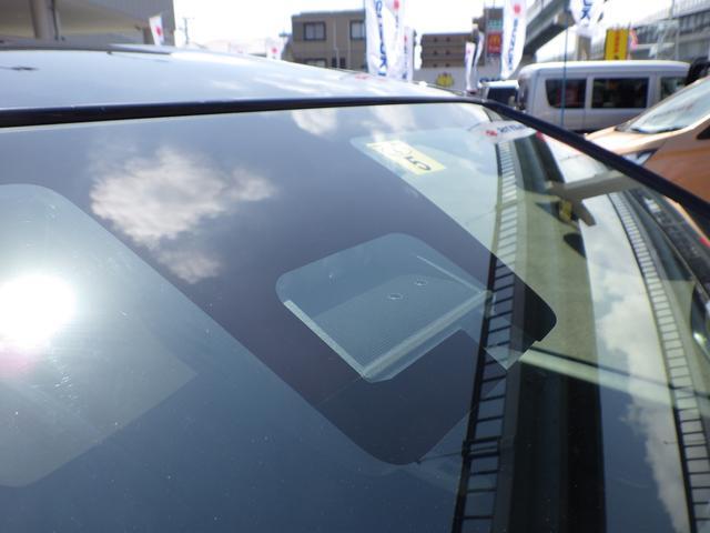 デュアルセンサーブレーキサポートは前方の車両や歩行者を察知しブザー音やメーター内の表示によってドライバーに警告。衝突可能性が高まるとブレーキをかけ衝突の被害軽減を図ります。