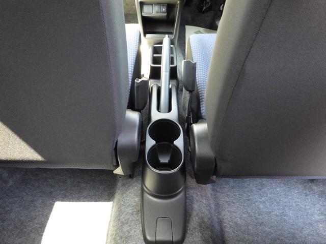 サイドブレーキの後ろに、ジュースホルダー2個完備です。後席用にお使い下さい。
