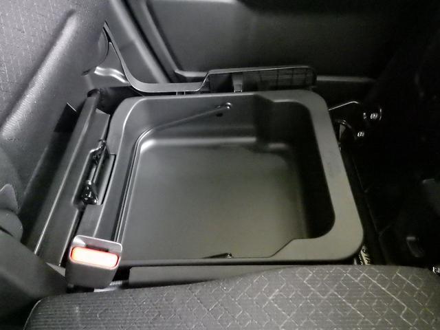 助手席の下にはボックスがあり、取り外しもできるので便利です。プラスチックですので濡れた物でも大丈夫です!!