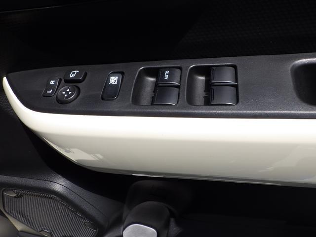 運転席のドアにはパワーウインドウと電動格納式ドアミラーを操作するスイッチがあります。お手元操作で便利です。