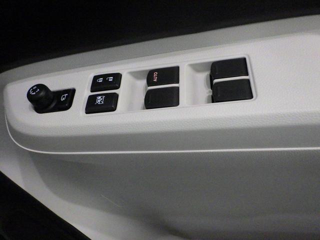 運転席のドアにはパワーウインドーと電動格納式ドアミラーを操作するスイッチがあるのでお手元操作で便利です。