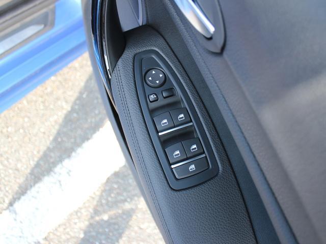 ミラー切り替えスイッチでバックする際の助手席側のドアミラーを、駐車時に下方へ向ける設定ができます。