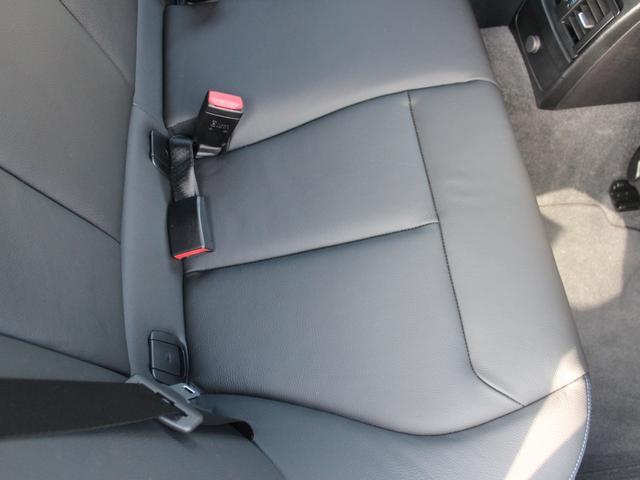 BMWのシートは少し固めではありますが、姿勢が崩れにくく、長距離ドライブの際にも腰に掛かる負担を軽減し、快適なドライブをご提供いたします