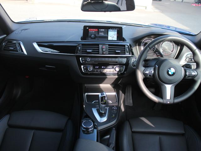 BMWのコックピットは、ドライバーの操作性を重視した、シンプルな作り。スイッチ類はすべてとの届く範囲あり、コンピュータの操作もi‐Driveですべて管理。