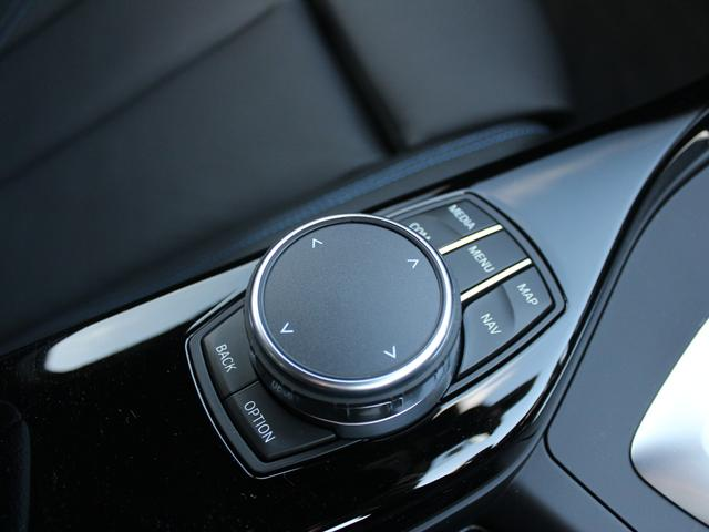 i-Driveコントローラー:すべての操作をこのコントローラーで操作。手元に装備されており、扱いやすく、機能性に優れています