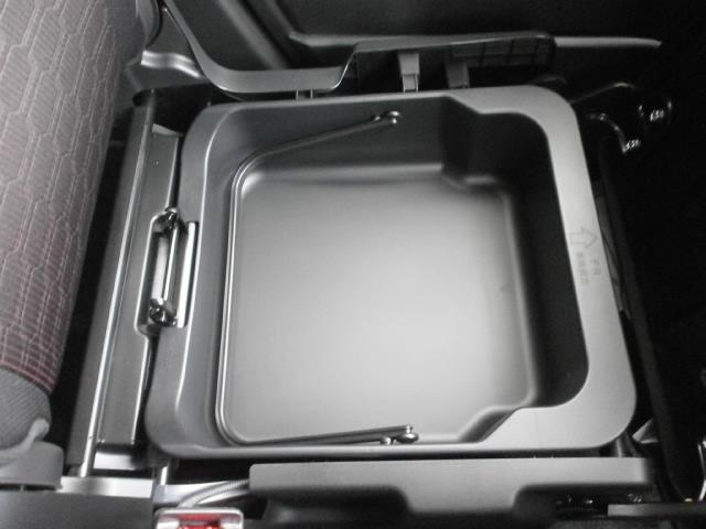 助手席の下にも収納スペースがあります。