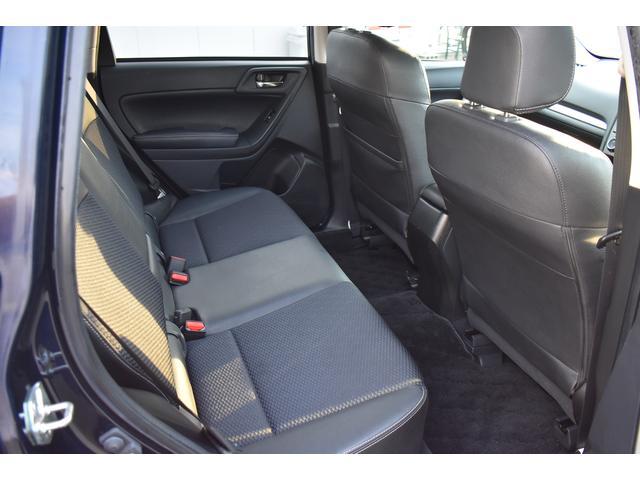 リヤシートは後方へリクライニングを行えます、座る座面も広く、ゆったりとしたシートです。