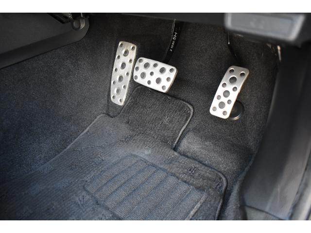 運転席の足元には、純正アルミペダルを装備。
