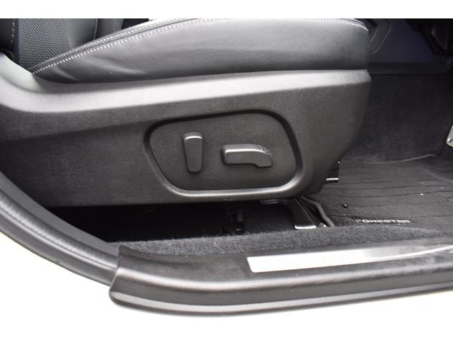 前席はパワーシート標準装備で、微調整が可能です。