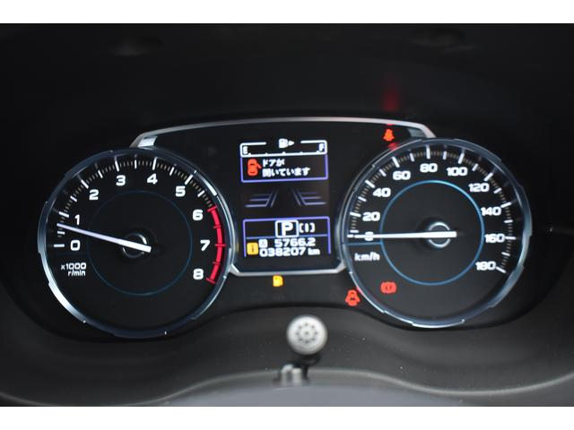 大型メーターと、中央にカラー液晶画面があり、非常に見やすく運転をサポートしてくれます。