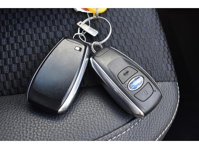 アクセスキーを携帯して運転席か助手席のドアハンドル内側に触れるだけで解錠、ドアハンドルのセンサーに触れるだけで施錠できます。