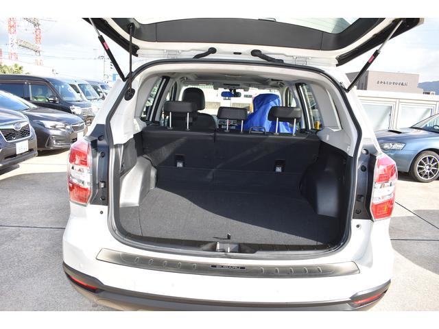 大容量を確保したカーゴルーム。9インチゴルフバッグを横に4つ、大型スーツケースを立てたまま4つ収納可能。広い開口部、段差の少ないフラットフロアで荷物の積み下ろしもしやすいです。
