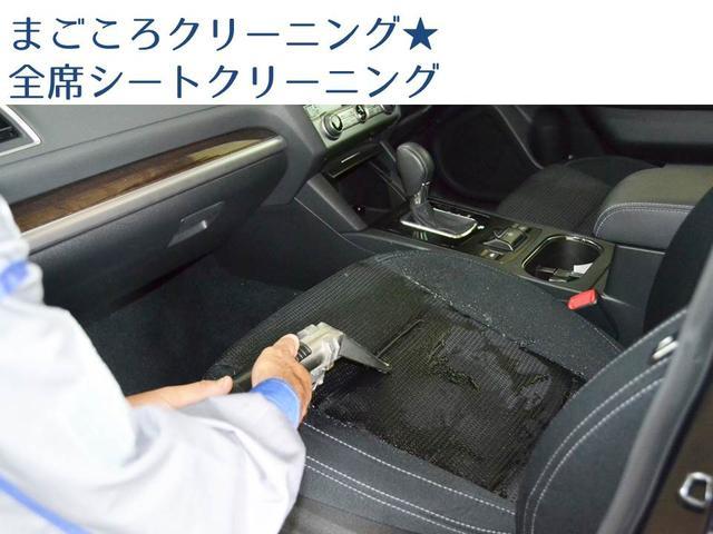 フロント・リヤシート(サードシートを含む)全席をきれいに清掃。さらにシミ等、汚れが目立つ場合はスチーム洗浄機で洗浄します。