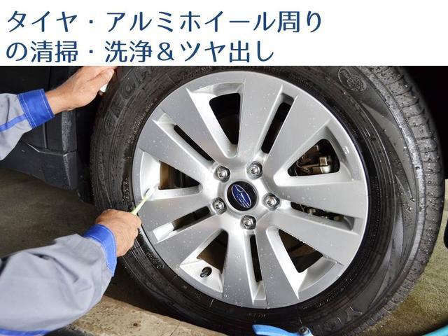 汚れの目立つタイヤ周りやアルミホイールに付いた土・ブレーキダストを水で洗い流し、シャンプーで洗浄。さらに各部に仕上げ剤を施しツヤ出しします。