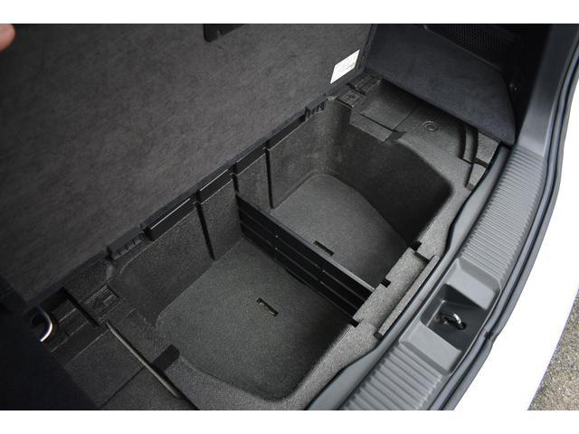 荷室は、サブトランクがあり収納に便利です。