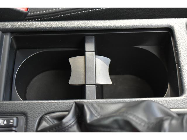 フロントカップホルダー装備ペットボトルなども置くことができます。