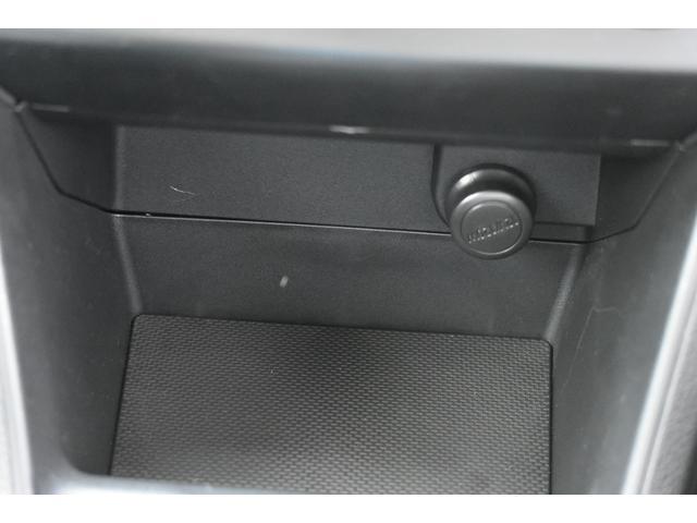 エアコンスイッチ下には、大型の小物入れがあり非常に便利です
