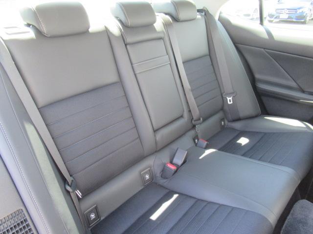 ◆大人の方でもゆったり乗れる後部座席◆足元のスペースも充分にあります♪◆