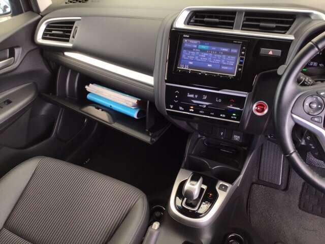 ワンアクションで軽やかに操作できるハイブリッド専用セレクトレバー、パーキングブレーキはハンド式になります。オートエアコンの右側の赤いボタンを押して、エンジンスタート!