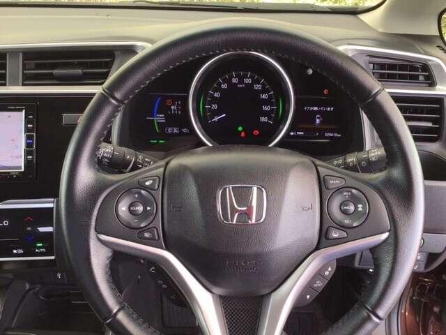 本革ハンドルの右側にあるボタンが高速クルーズコントロールです。アクセルペダルを踏まずに設定速度をキープ。高速道路でのドライブがラクに。また、左にオーディオリモコンスイッチがあります。