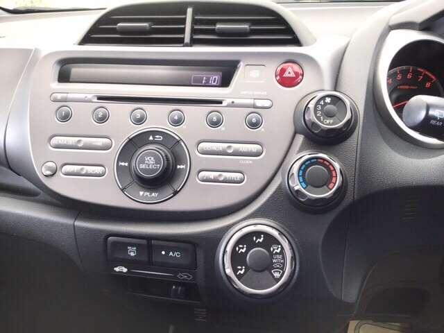ホンダ純正の1体型CDコンポ搭載です。AUX対応でミュージックプレイヤーの接続や、WMA・MP3形式のファイルが再生できる、マルチメディアプレイヤーです。
