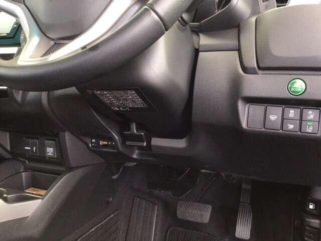 左側に高速で便利なETCがあり、燃費をよくするECON、横滑りを防ぐVSAなどのスイッチは、運転席の右側、手の届きやすい位置にあります。