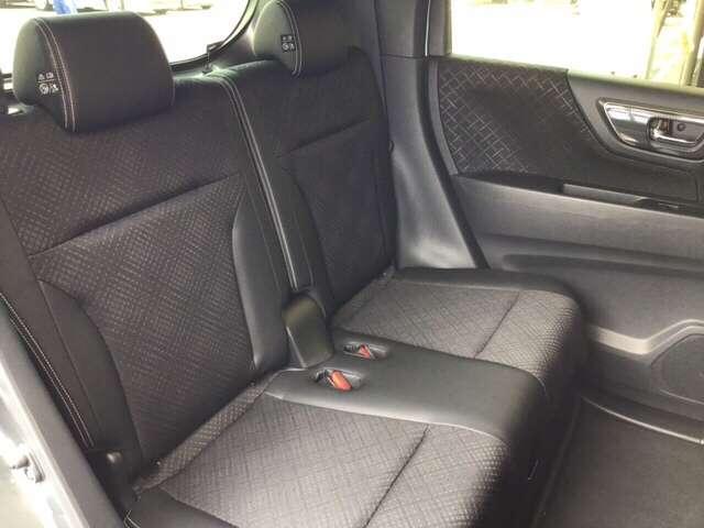 広々リアシートは、シートクッションが一体型で、約20cmスライドします。下にはトレイがあり、傘等の収納に便利です。