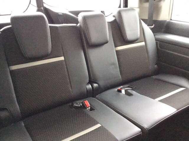3列目シートもゆったりスペースです。 家族みんなでのお出かけ、ロングドライブも快適です。 また、簡単に座席収納することができます。