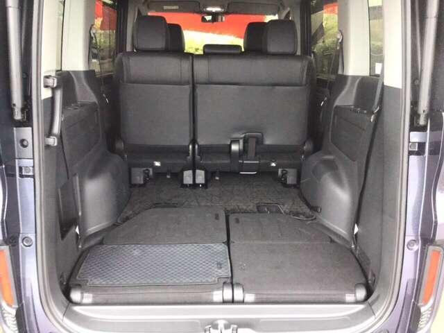 肩口のストラップを引くと、シートが床に沈んでいくので、すっきりした空間が広がります。助手席側シートの背もたれは、フロアマットの様になってます。