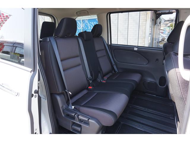 足元広々で、ゆったりとした後席ですね。 後席でノビノビ、リラックス快適な空間でドライブはいかがですか。シートアレンジも多数ですよ(^^♪
