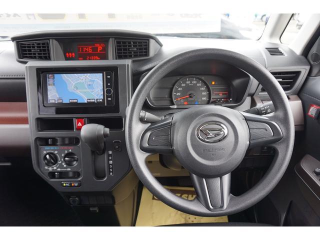 シックな色使いの運転席周りですね。すっきりとしたデザインで上品な色使いですよ。居心地の良い運転席、長く座ってられるリラックスできるデザインがいいですね(^^♪