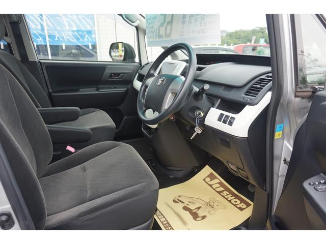 高めのヒップポイントのゆったりとしたシートです。 足腰に負担が掛かる乗り降りが楽になりますよ。 快適なドライブを楽しむ為にも長く座っていられるシートがいいですよね(^^♪