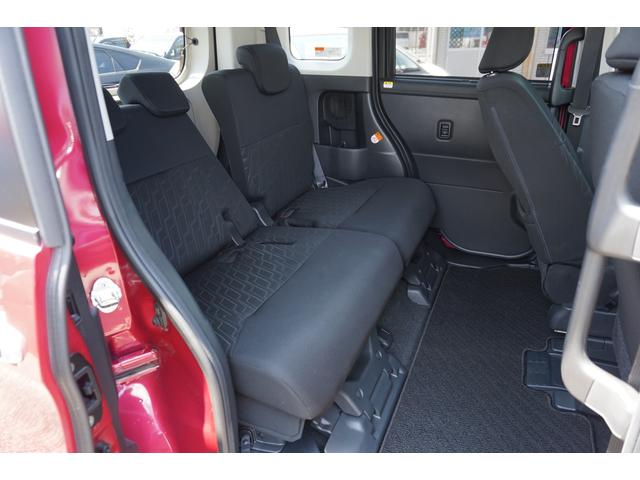足元広々で、ゆったりとした後席ですね。 後席でノビノビ、リラックス快適な空間でドライブはいかがですか。