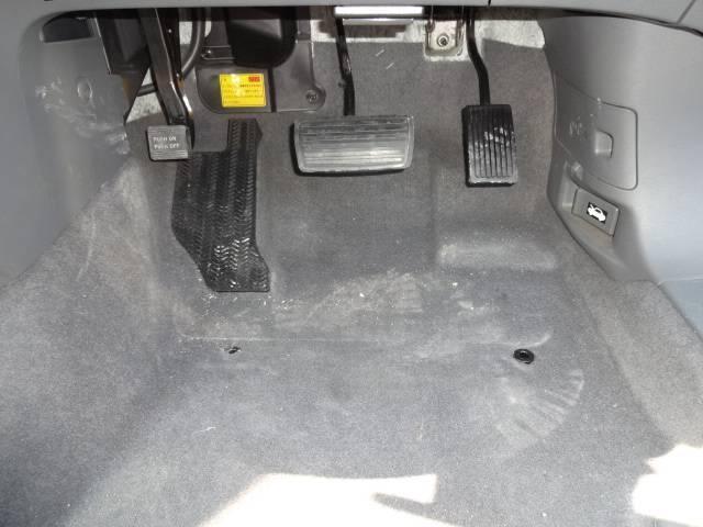 ☆中古車は、やはり運転席が一番汚れています。特に足元は砂やゴミなどなど。当店のクリーニング施工は徹底的にゴミを浮かし吸い上げて除去していきます。