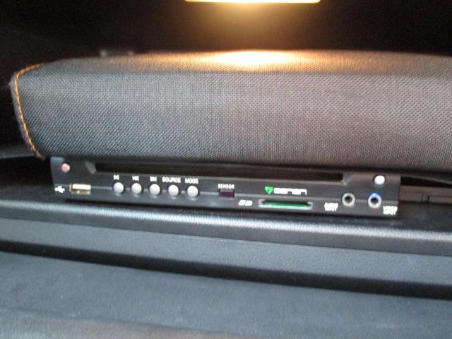 ●外部端子入力付です。お手持ちのi‐PODやMP3プレイヤーにダウンロードされた音楽を車内で聴く事ができます。