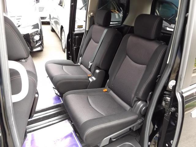 サードシートへの移動もシート中央から簡単に行えます!!