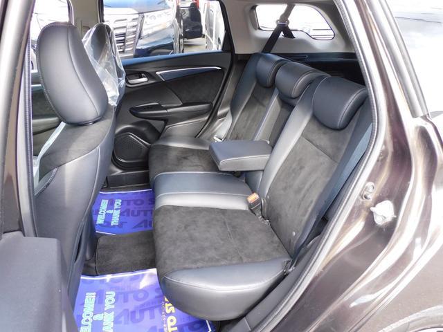 セカンドシートは3人乗っても余裕です!!