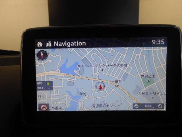 ナビゲーションのSDカードがついております。地図の無償更新が28年から3年間又は3回付いております。