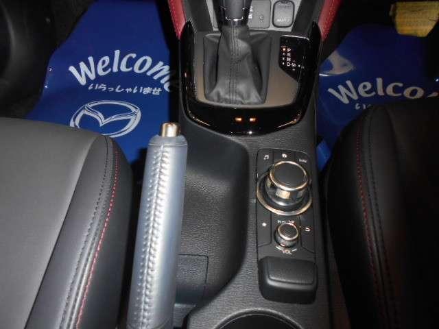 コマンダーコントロールです。運転に最適な姿勢を崩さずに操作することが可能です。