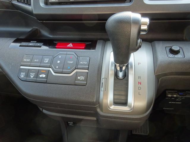ハンドルに近いインパネシフトにエアコンはオート式とボタン一つで快適空間に♪