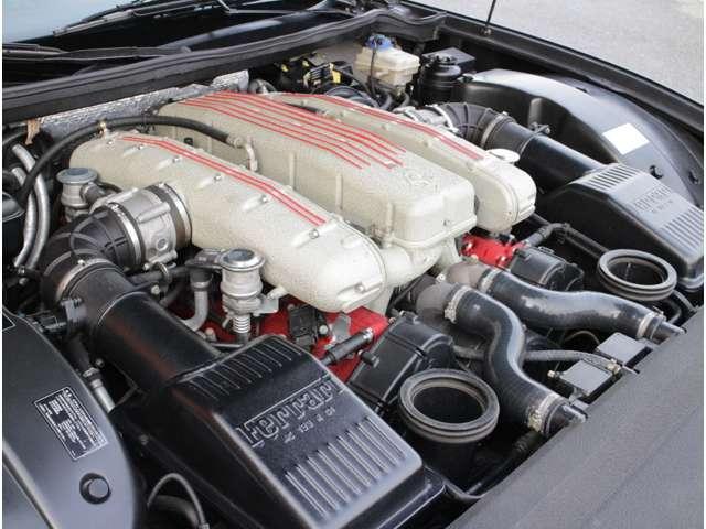 伝統の 65° V12 エンジンで、2 本のオーバーヘッド・カム、 1 気筒あたり 4 バルブ、軽合金製エンジン・ブロック、ヘッド、オイル・タンク!