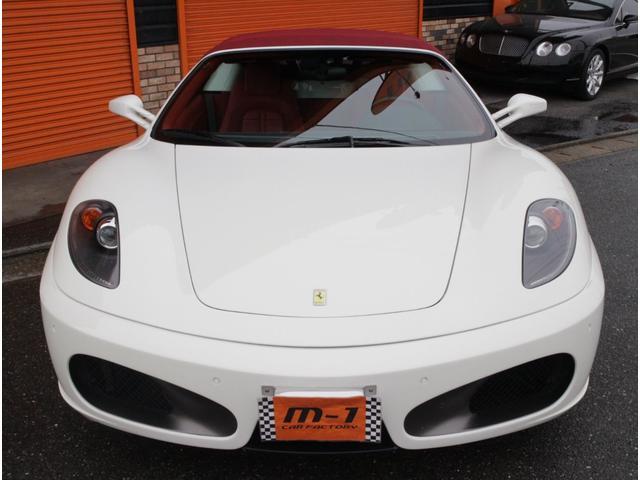 ボディーカラーはフェラーリ人気のホワイトカラービアンコアヴスです!電動フルオープンモデルF430スパイダー!