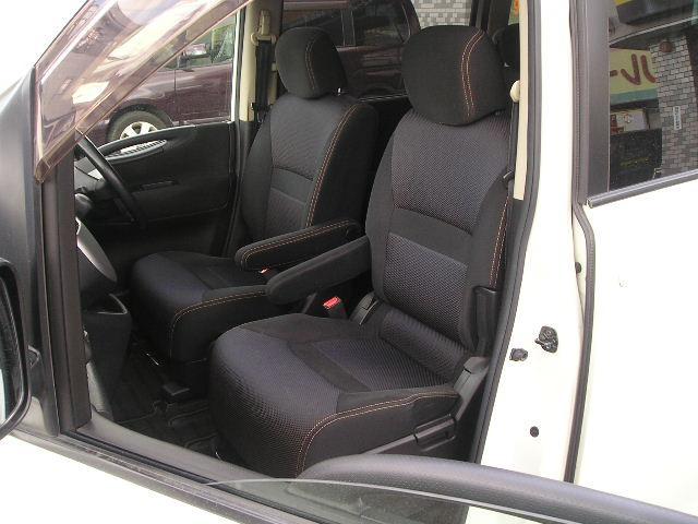 運転席&助手席のそれぞれにアームレスト付でゆったり快適☆