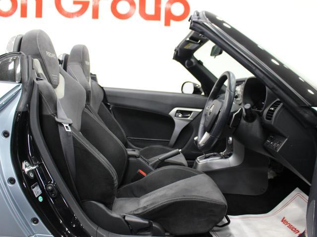 【運転席】ブラックを基調としたインテリアにブラックのRECAROシート。シートヒーター・純正フロアマット付です。